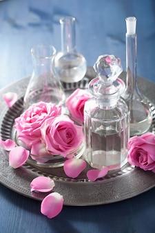 Ensemble d'aromathérapie avec des fleurs roses et des flacons