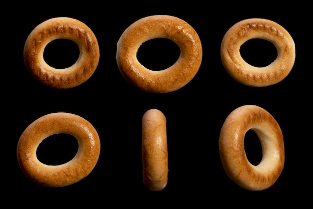 Ensemble de bagels ronds isolés sur fond noir. photo de haute qualité