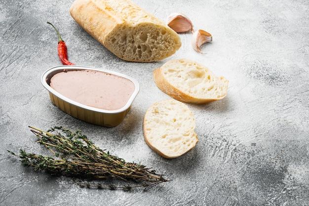 Ensemble de baguette sandwich au pâté de foie de poulet, sur fond de table en pierre grise, avec espace de copie pour le texte