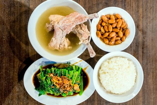 Ensemble de bak kut teh et côtés de singapour