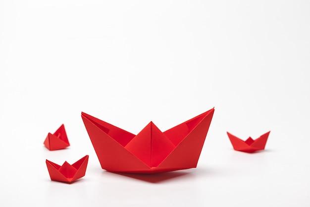 Ensemble de bateaux en papier origami.