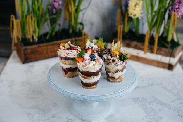 Ensemble de beaux délicieux trifl close-up sur le fond. dessert et sucreries.