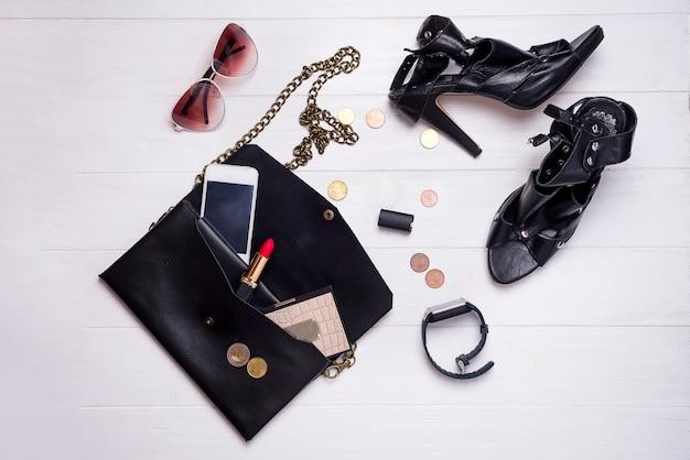 Ensemble de belles femmes modernes d'accessoires de mode et de cosmétiques.