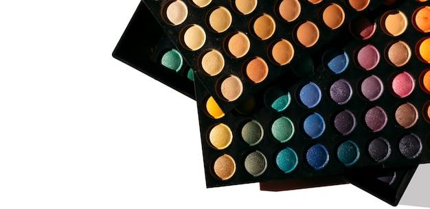 Ensemble de belles palettes avec des ombres à paupières vue rapprochée