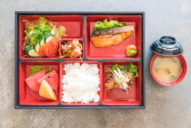 Ensemble bento saumon grillé
