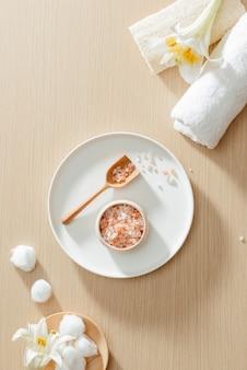 Ensemble de bien-être spa avec serviette spa, sel sur la table en bois