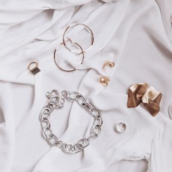 Ensemble de bijoux élégants à la mode sur un tissu blanc