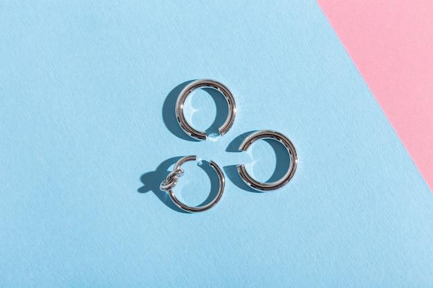 Ensemble de bijoux à la mode sur une surface bleue