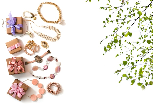 Ensemble de bijoux pour femmes dans un collier de style vintage avec des boucles d'oreilles avec une chaîne et un bracelet de perles