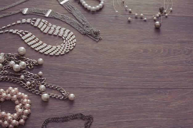 Ensemble de bijoux vintage sur un fond en bois sombre.