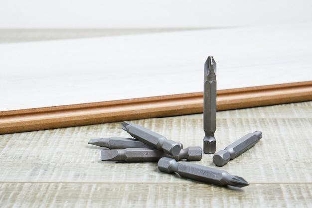 Ensemble de bits métalliques pour tournevis sur l'espace de copie de surface en bois