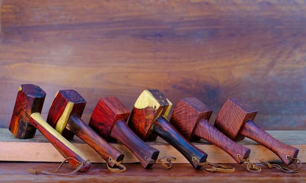 Ensemble de bois de marteau de maillet fait de bois de rose et d'outil fait à la main de thaïlande pour utilisé par un menuisier dans l'atelier sur l'ancien établi