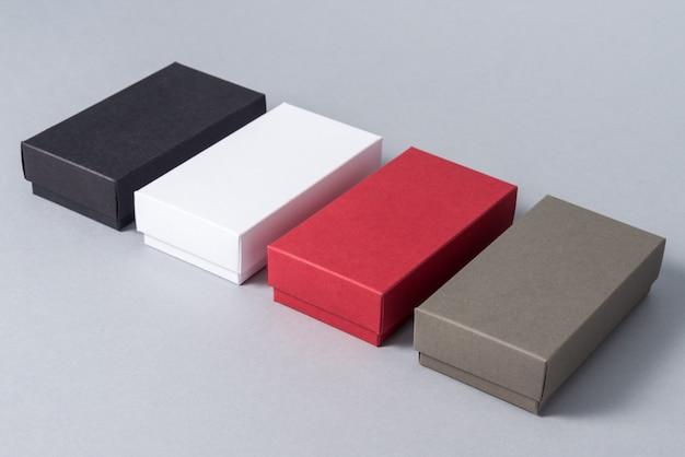 Ensemble de boîte-cadeau en carton de couleur différente sur fond gris