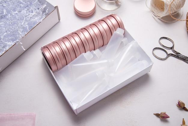 Ensemble De Boîte En Métal Et En Plastique Pour L'emballage Cosmétique Photo Premium
