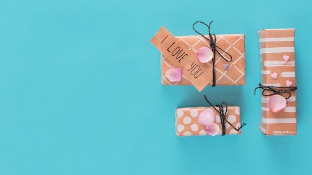 Ensemble de boîtes à cadeaux et étiquette avec le titre i love you