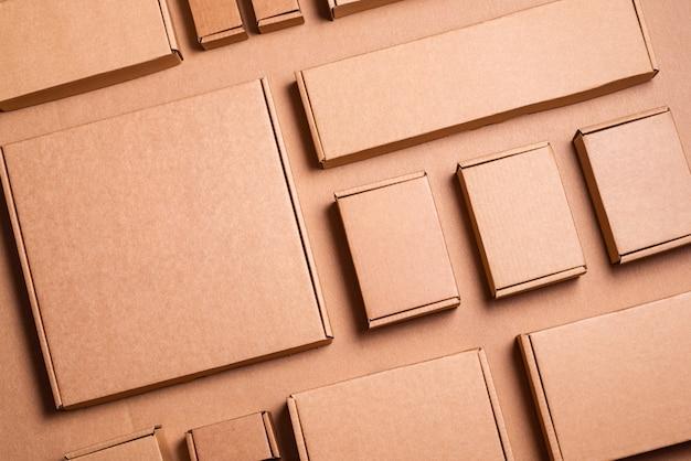 Ensemble de boîtes en carton brun artisanat, arrière-plan