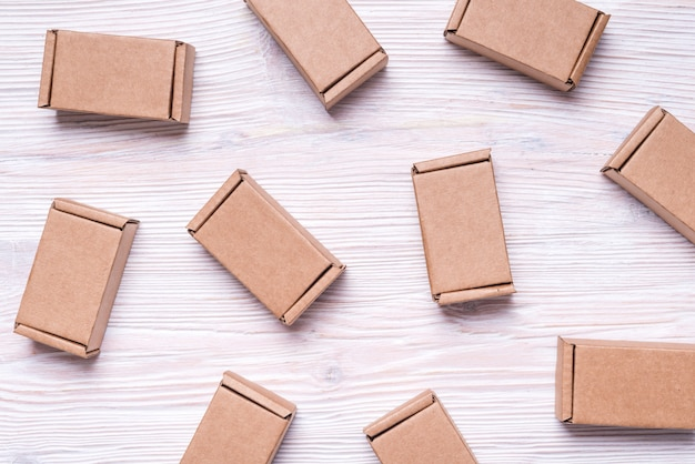 Ensemble de boîtes en carton sur fond en bois