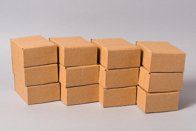 Ensemble de boîtes en carton marron sur fond gris