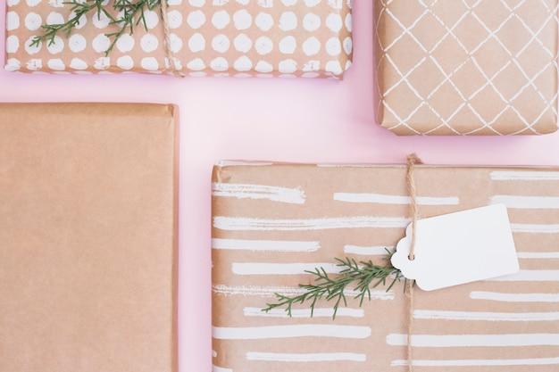 Ensemble de boîtes présentes dans des enveloppements avec des brindilles et une étiquette