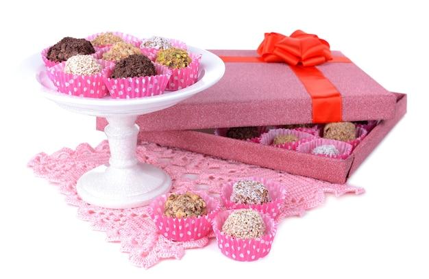 Ensemble de bonbons au chocolat sur blanc