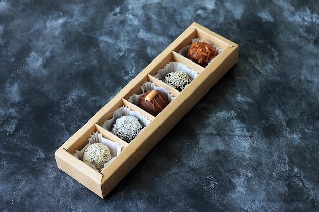 Ensemble de bonbons au chocolat dans une boîte.