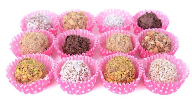 Ensemble de bonbons au chocolat isolé sur une surface blanche