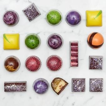 Ensemble de bonbons multicolores savoureux, isolé