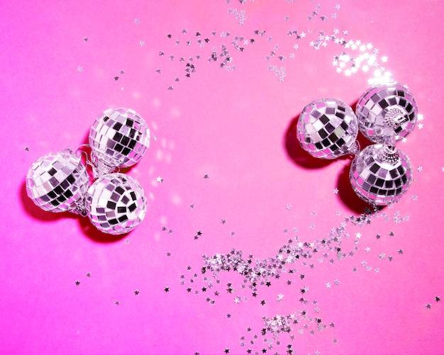 Ensemble de boules en argent ornement près des étoiles décoratives