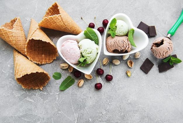 Ensemble de boules de crème glacée de différentes couleurs et saveurs