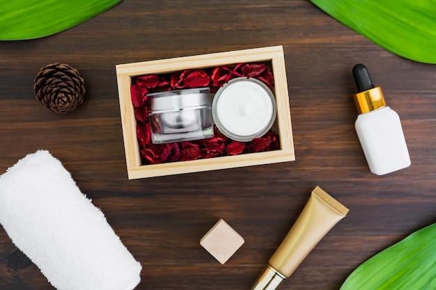 Ensemble de bouteille de crème et sérum, maquette de la marque de produit de beauté en pose à plat