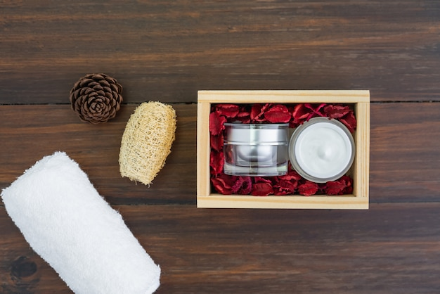 Ensemble de bouteille de crème et sérum, maquette de la marque de produits de beauté