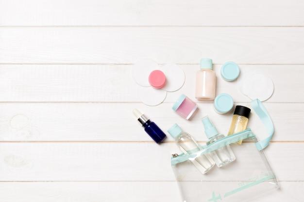 Ensemble de bouteilles de cosmétiques sur fond blanc