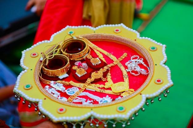 Ensemble bracelets et collier doré pour jeune mariée