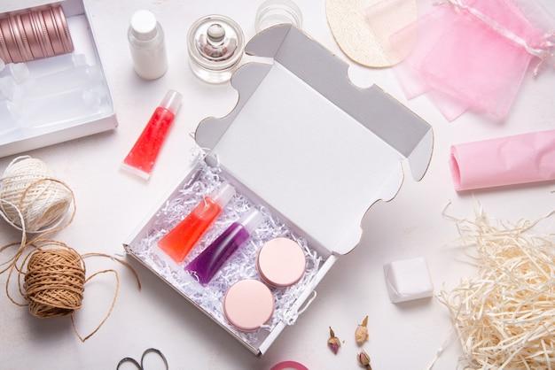 Ensemble de brillant à lèvres fait maison dans une boîte en carton