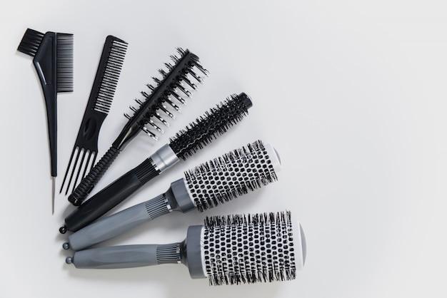 Ensemble de brosses à cheveux professionnelles sur fond blanc dans un salon de coiffure