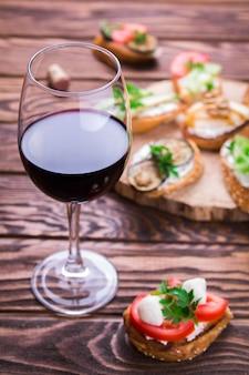 Ensemble brushetta pour le vin. variété de petits sandwichs sur fond de bois