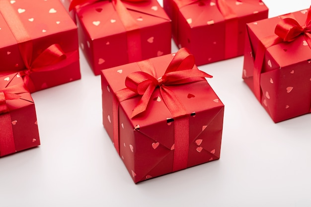Ensemble de cadeaux dans des boîtes rouges décorées de rubans de satin