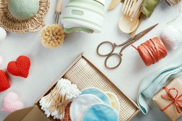 Ensemble de cadeaux écologiques disposés sur la table. cadeaux zéro déchet emballés dans du papier.