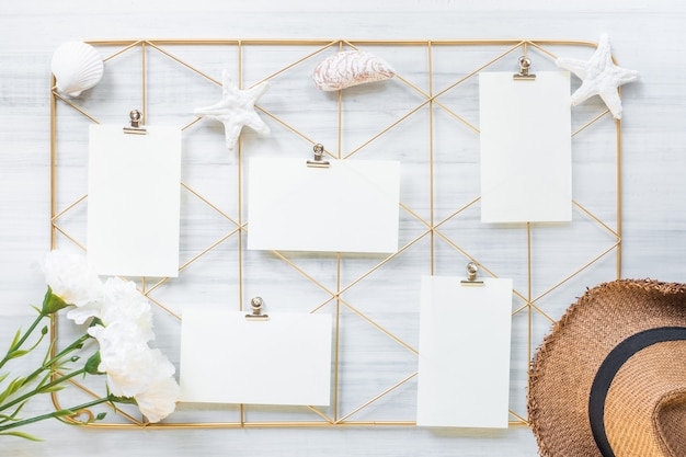 Ensemble de cadre de clip de bloc-notes et chapeau d'été avec fleur sur table en bois