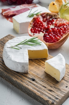 Ensemble de camembert au fromage fermier, sur fond blanc