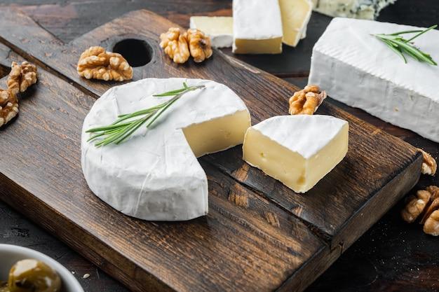 Ensemble de camembert de fromage de ferme, sur le fond en bois foncé