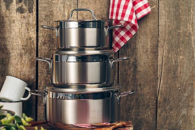 Ensemble de casseroles en acier inoxydable dans une cuisine