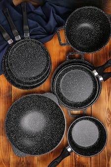 Ensemble de casseroles et poêles vue de dessus