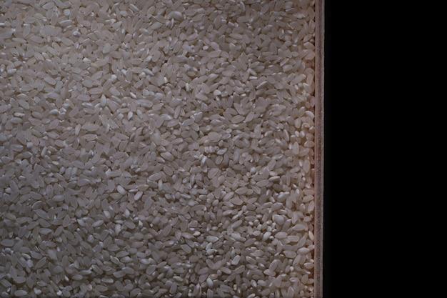 Un Ensemble De Céréales Céréalières. Gruau De Riz, De Sarrasin Et De Millet Dans Un Plateau En Bois. Un Ensemble De Céréales D'épicerie. Importation De Céréales. Photo Premium