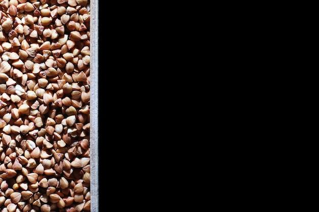 Un ensemble de céréales céréalières riz sarrasin et gruau de mil dans un plateau en bois a