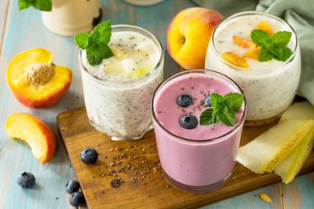Ensemble de chia sain pudding dans un verre avec myrtille avec melon et pêche petit-déjeuner sain