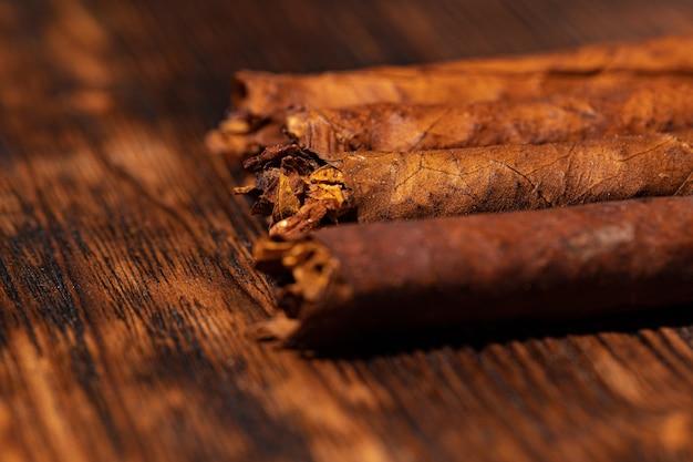Ensemble de cigares sur fond en bois se bouchent