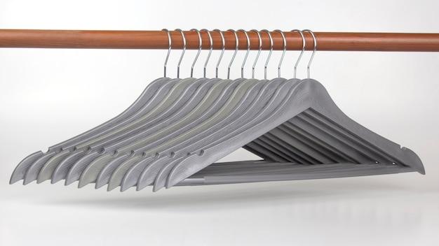 Ensemble de cintres gris sur un espace blanc. articles pour ranger les vêtements.