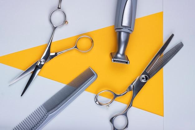 Ensemble de ciseaux d'outils de coiffure, peigne et machine à raser. layt plat.