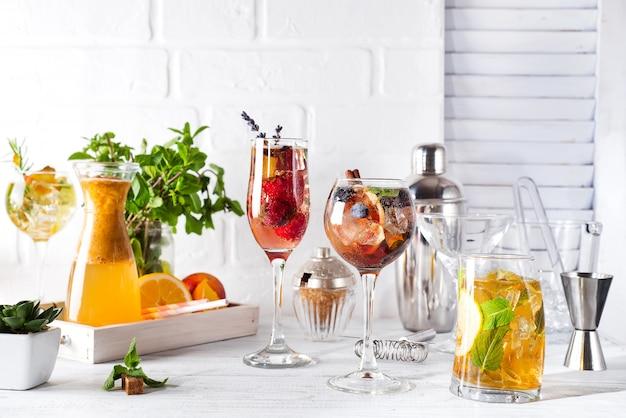 Ensemble de cocktails classiques avec accessoires de bar sur backgorund en bois blanc